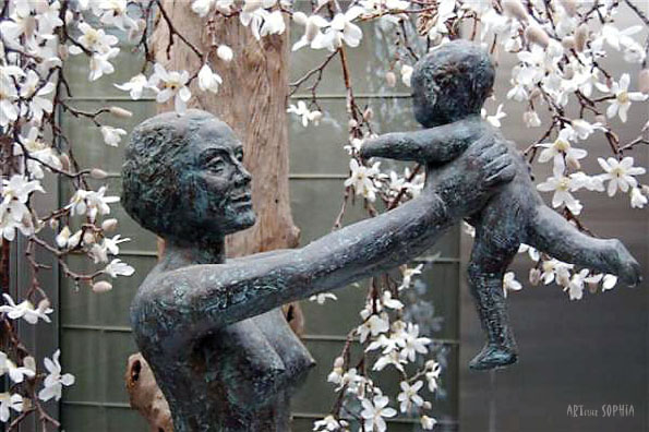 Bronze sculpture Mother and child, detail